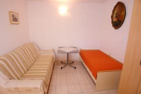 Sedací souprava a lůžko v obývacím pokoji
