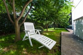 Lehátko na zahradě domu
