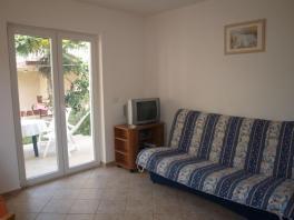 Obývací pokoj je vybaven TV a SAT