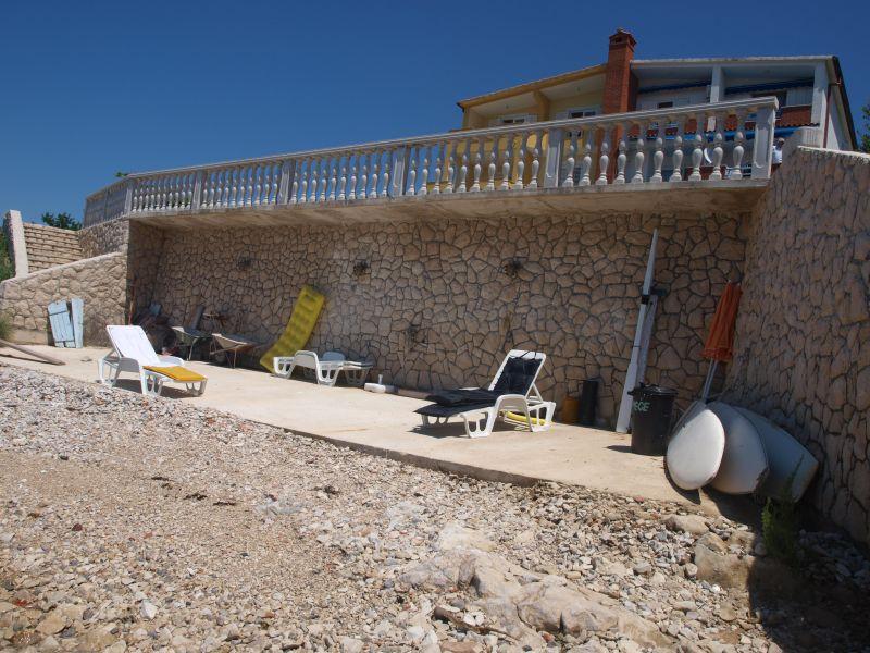 Oblázková pláž přímo pod domem