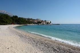 Nejbližší oblázková pláž v Promajně cca 200 m