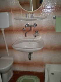 První koupelna se sprchovým koutem