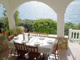 Jídelní stůl na terase