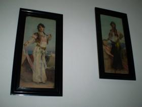 Obrazy na chodbě