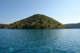 Ostrov Burnji Školj v blízkosti