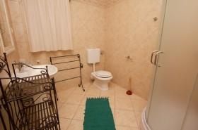 Koupelna v jedné z ložnic