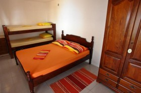 Manželská a patrová postel v ložnici
