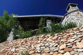 Kamenné zídky kolem domu