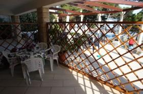 Výhled z terasy na bazén