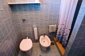 V koupelně je sprchový kout