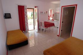 Obývací pokoj s kuchyňským koutem a vstup do koupelny