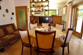Jídelní stůl a pohled na kuchyň