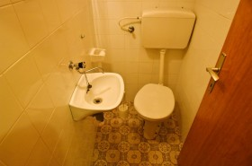 Samostatné WC s umyvadlem v apartmánu