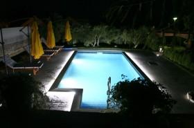 Bazén s nočním osvětlením