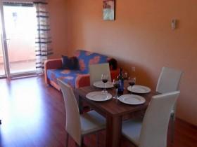 Posezení v obývacím pokoji s kuchyňským koutem
