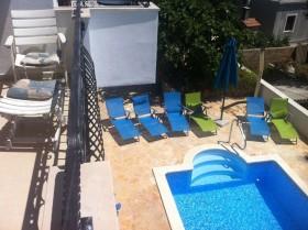 Pohled a bazén z balkonu v 1. patře