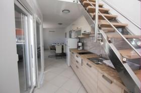 Kuchyňský kout a schodiště na mezonet