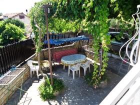 Pohled na venkovní terasu z apartmánu