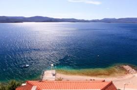Výhled z první terasy na pláž