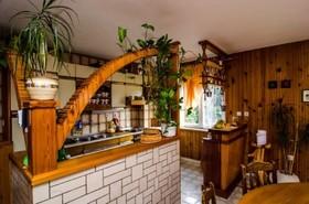 Pohled z obývacího pokoje na kuchyň