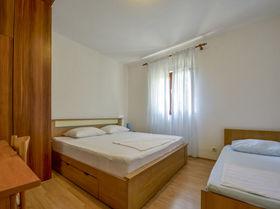 První ložnice s manželskou postelí a postelí