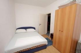 Ložnice s manželskou postelí a přistýlkou