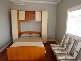 Manželská postel vedle rozládací pohovky