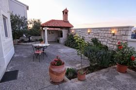 Zahrada s terasou a grilem