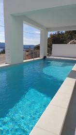 Bazén s průzračnou vodou