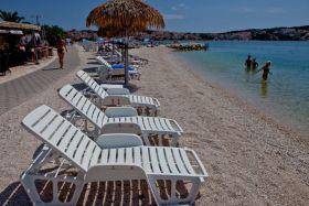 Pláž je vybavena pohodlnými lehátky