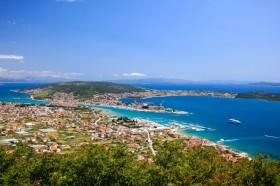 Pohled na Trogir, ostrov Čiovo a okolní letoviska