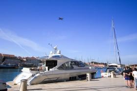 V přístavu kotví luxusní jachty
