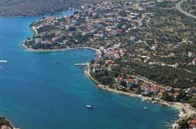 Grebaštica má členité pobřeží