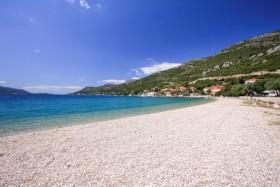 Oblázková pláž v letovisku Kućište