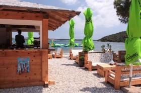 Restaurace s posezením na pláži