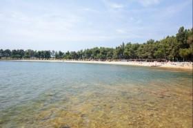 Dlouhá pláž s průzračnou vodou