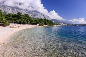 Pohled na další oblázkovou pláž