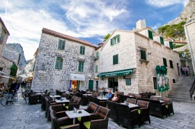 Jedna z mnoha restaurací pod pevností Mirabela