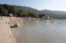 Písečná pláž Mlaska vhodná pro děti vzdálená jen 4 km