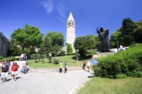 Kostel sv. Mikuláše se sochou biskupa Řehoře Ninského