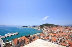 Výhled na moře s přístavem