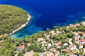 Azurové moře v letovisku
