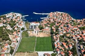 Letecký pohled na letovisko a fotbalové hřiště