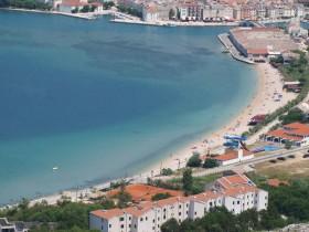 Oblázková pláž s tobogánem