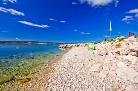Kamenitá pláž v letovisku