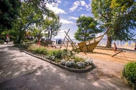 Další dětské hřiště (placený úsek pláže)