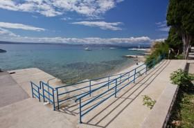 Příjezd na pláž vhodný i pro kočárky či zdravotně postižené