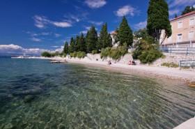 Další úsek pláže lemovaný stromy