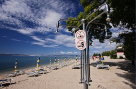 Sprchy na pláži (placený úsek pláže)