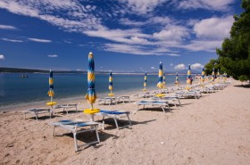 Lehátka a slunečníky (placený úsek pláže)